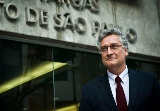 Oscar Vilhena Vieira - enfrente a um predio