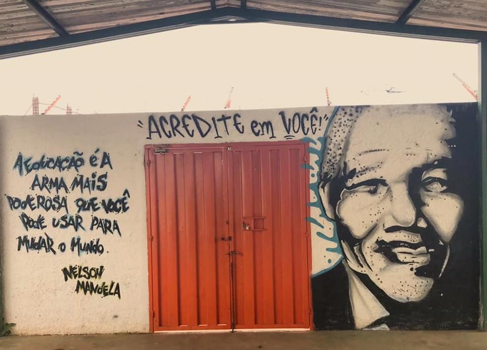 Rosto de Nelson Mandela grafitado, em 2018, no CED 1 da Estrutural