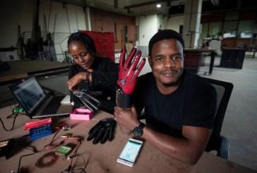Ele criou luvas que convertem a linguagem de sinais em áudio. Agora todos nós podemos entender