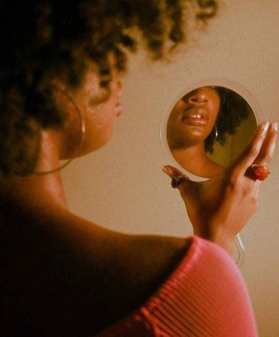 Foto da DJ se olhando no espelho