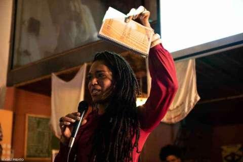 Deputada  Erica Malunguinho, mulher negra de dreads, durante um discurso