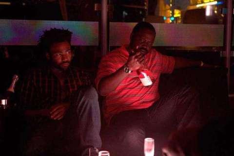 """Sena da série """"Atlanta"""", onde aparece Earn (Donald Glover) e Paper Boi (Brian Tyree Henry) sentados em um sofa"""