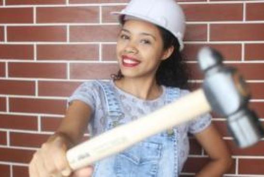 A jovem Paloma Cipriano que construiu a própria a casa e é a única brasileira a dar dicas de reforma no YouTube