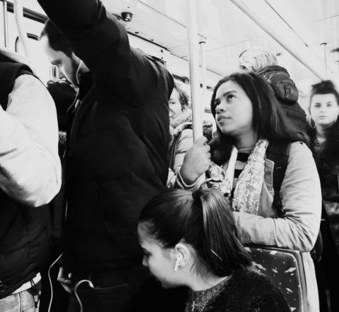 Glicéria Tupinambá, mulher Indígena, em um vagão de metro.