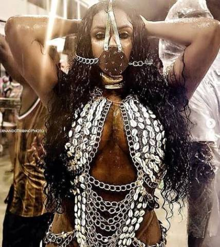 Evelyn Bastos, mulher negra,  rainha de bateria da Mangueira, de Escrava Anastácia