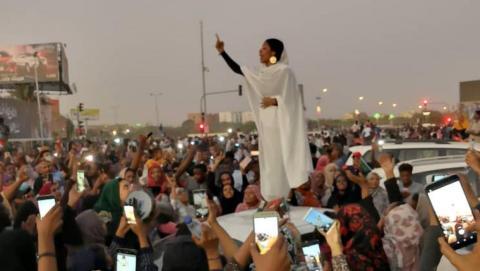 A jovem sudanesa Alaa Salah, discursa face à multidão em Cartum