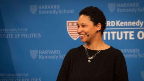 Danielle Allen, mulher negra de cabelos curtos, durante uma conferencia