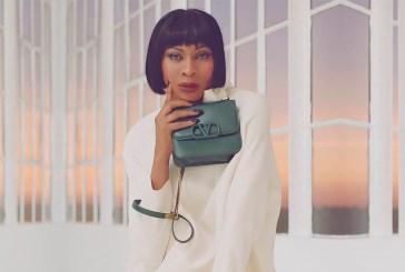 Valentino recruta atriz e diretora de Pose para a campanha de sua nova bolsa