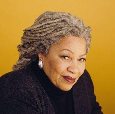 Toni Morrison- mulher idosa negra, de dreads grisalhos, vestindo camiseta preta- sentada olhando para frente