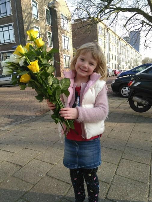 Samen de Liefde op Valentijnsdag vieren is bloemen uitdelen