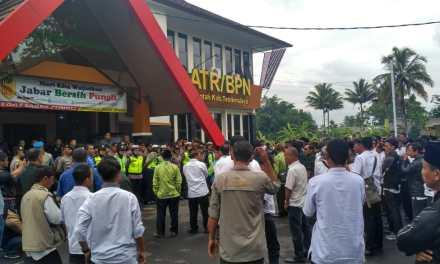 Ratusan Kades Tuntut Kepala BPN/ATR Kab. Tasikmalaya Bertanggung Jawab Pasca Ditangkapnya Kades Cintaraja