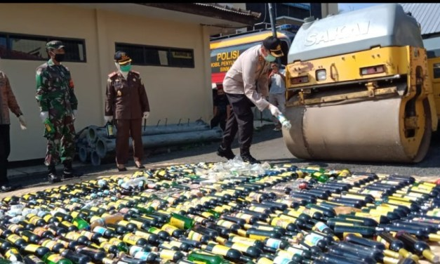 Tekan Permabukan di Malam Takbir, Ribuan Botol Miras Dimusnahkan