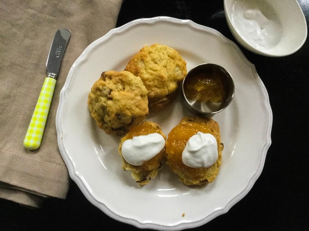 Vegane Scones mit Marmelade und Kokossahne