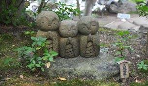 generacion-friki-en-japon-jizos-de-piedra-kamakura-templo-hase-dera-1