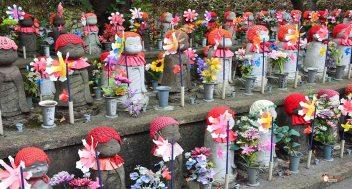 generacion-friki-en-japon-jizos-de-piedra-tokyo-templo-zojoji-3