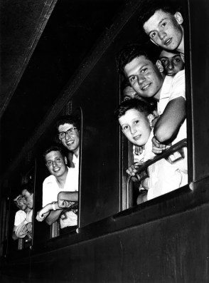 Teenagers leaving for the summer camp in Colfosco (province of Bolzano) (INA social club, 1956)