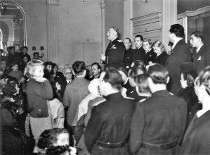 Festeggiamenti della Befana Fascista nella sala Duca d'Aosta di palazzo Stratti (Trieste, 1941)