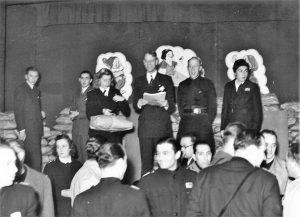 Festeggiamenti della Befana Fascista nella sala Duca d'Aosta di palazzo Stratti (Trieste, 1942)