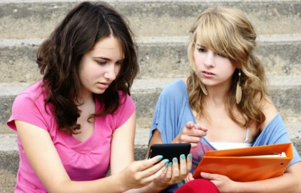 teens-with-smartphones