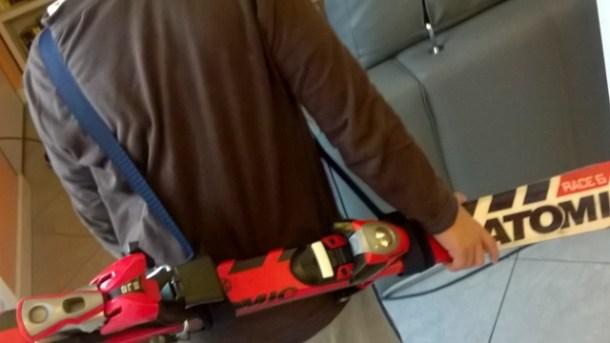Come portare gli sci in spalla: porta sci fai da te | Genitorialmente