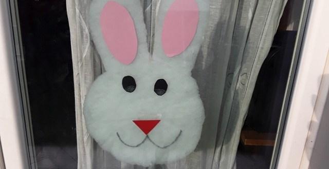Decorazioni pasquali: coniglio da attaccare alla finestra | Genitorialmente