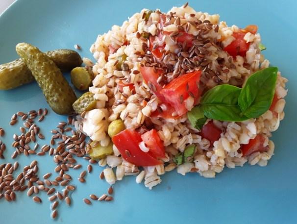 Piatti estivi: insalata di orzo con semi di lino | Genitorialmente