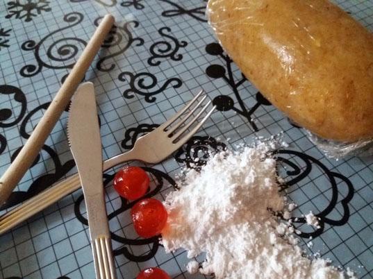 Biscotti teschio e ossa: pasta di mandorle per Halloween | Genitorialmente