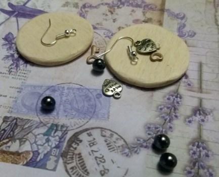 Come fare gli orecchini con decoupage e charm | Genitorialmente