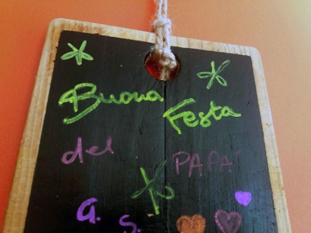 Come decorare un tagliere di legno: idea regalo per papà | Genitorialmente