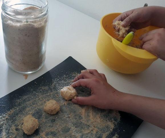 Polpette di tonno, ricotta e olive: cucina con i bambini | Genitorialmente