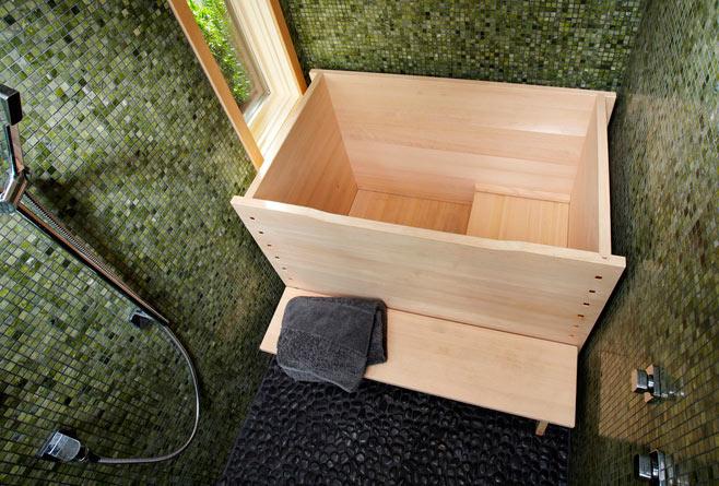 Um furô moderno. Repare que o chuveiro fica ao lado. Não aparece na foto, mas as banheiras de furô costumam ter uma tampa para conservar a água limpa e quente até a hora de usar.