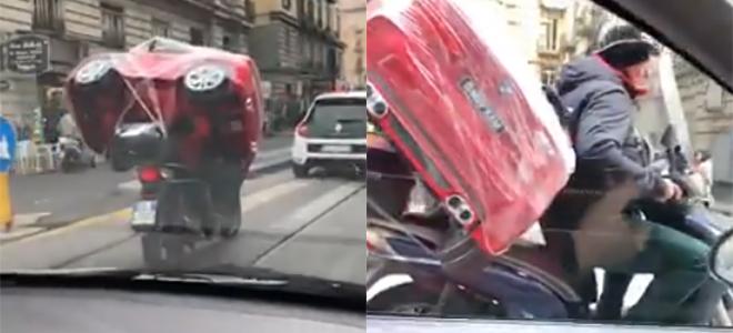 Regalo di natale trasportato in motorino