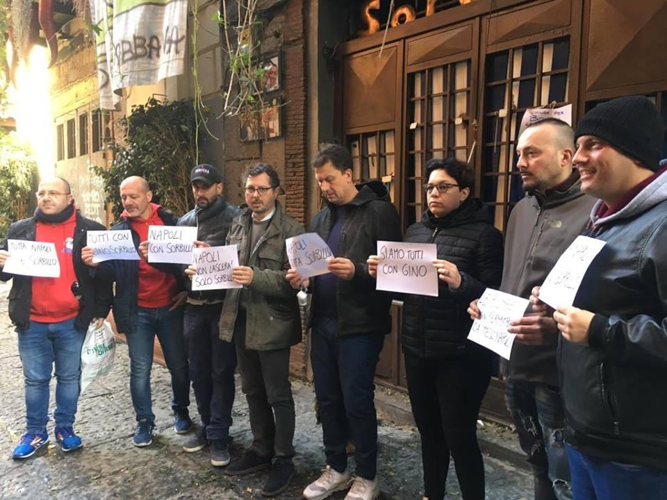 Manifestazione dopo la bomba alla pizzeria Sorbillo