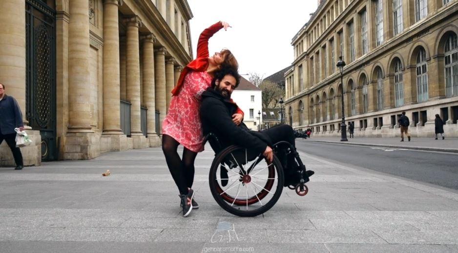 Nadia Vadori-Gauthier mentre danza con un ballerino in carrozzina