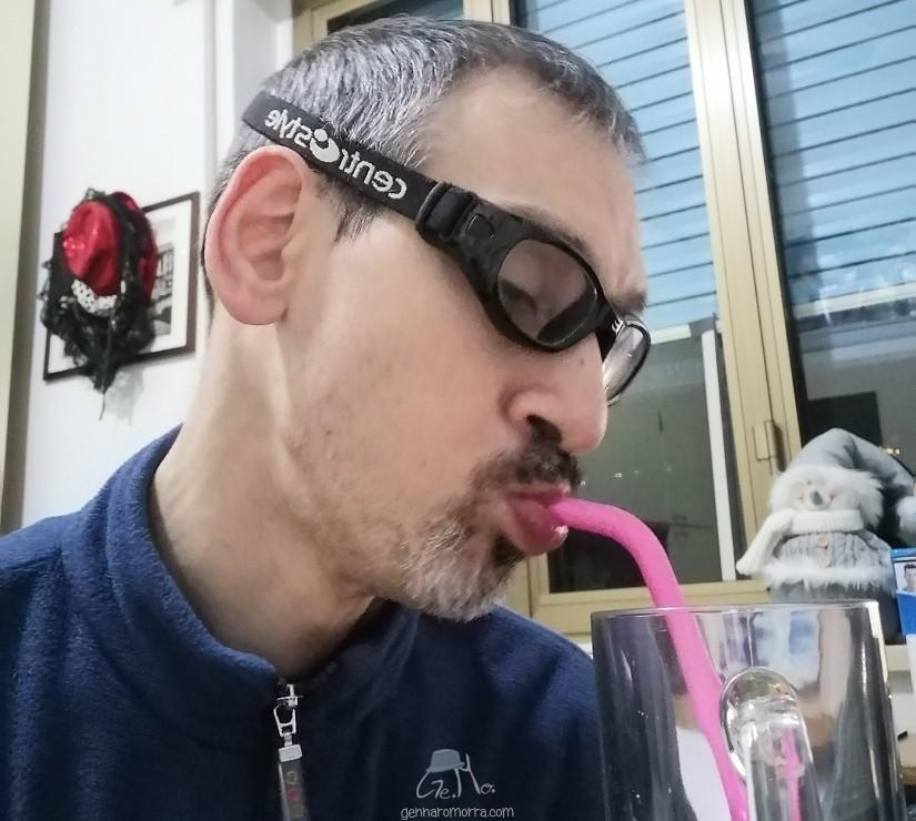 Gennaro Morra beve con una cannuccia di silicone con cui ha sostituito le cannucce di plastica