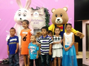 Kids of SM Lanang Premier's agency personnel take a photo with Manna Restaurant's delightful mascots, Bunny and Papa Bear.