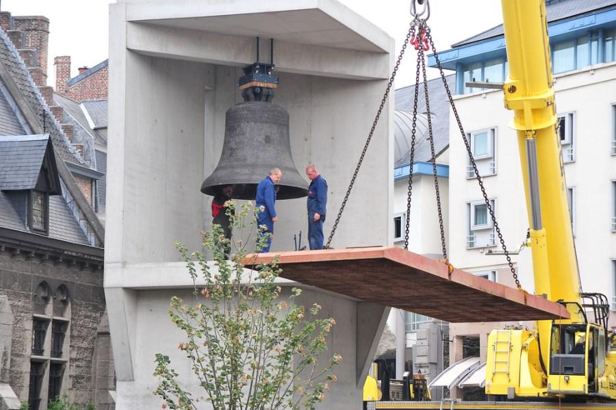 Plaatsing van de Grote Triomfante in de klokkenstoel. © Stad Gent