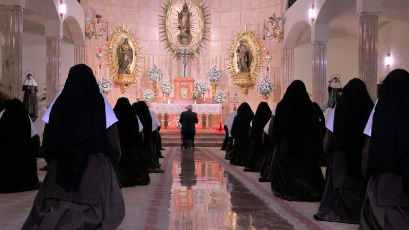"""Monseñor Saiz en el convento de santa Ángela de la Cruz: """"Aquí también late el corazón de la diócesis"""""""