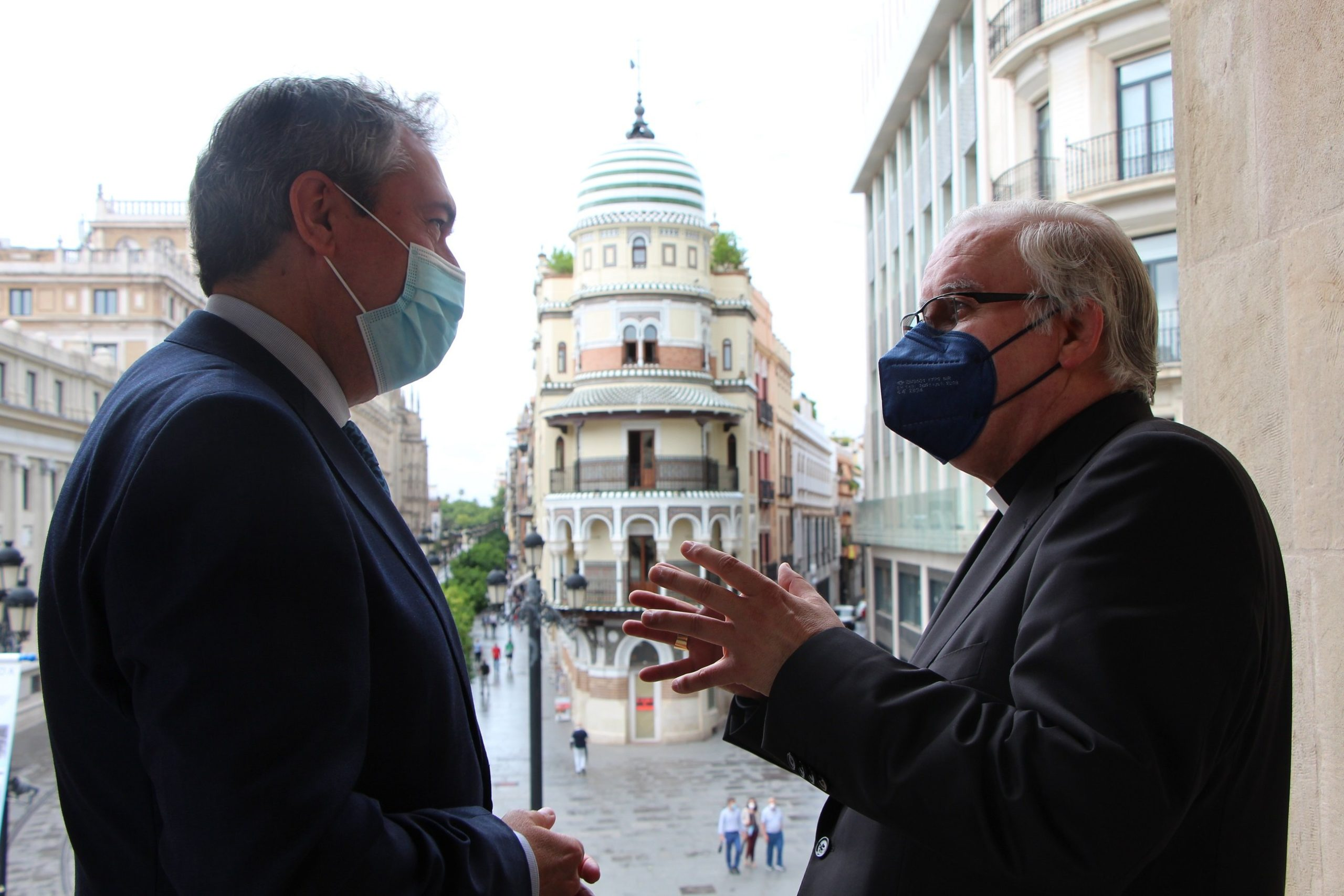 El alcalde y el arzobispo de Sevilla mantienen su primer encuentro institucional