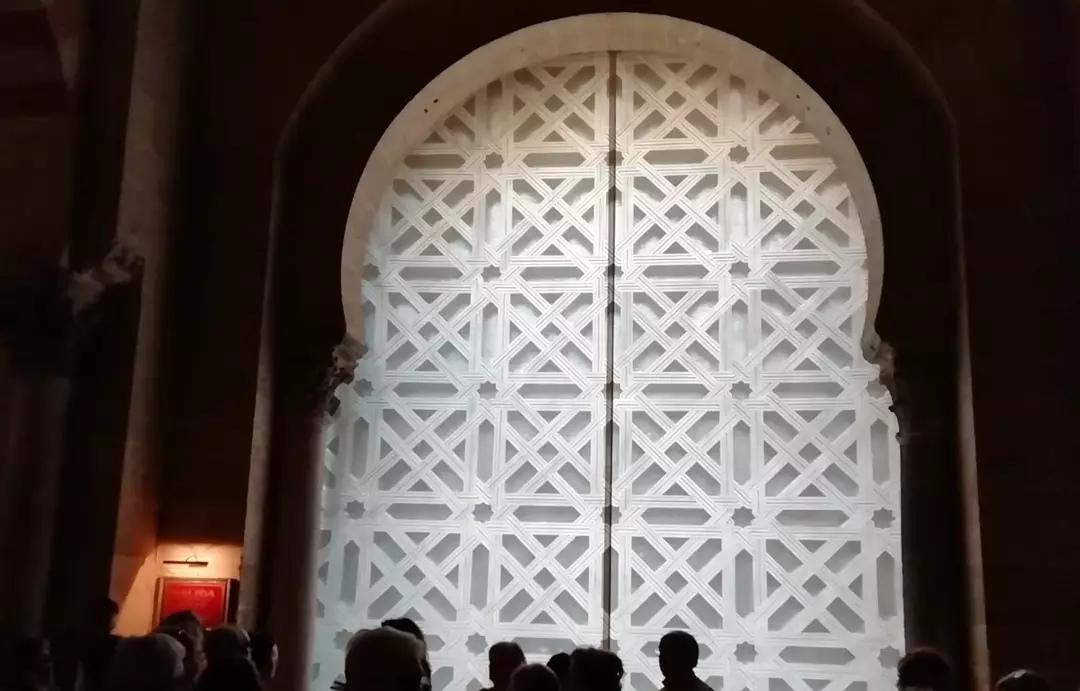 La Plataforma Mezquita-Catedral exige reponer la celosía de la segunda puerta a la mayor brevedad y se muestra satisfecha por la providencia que perjudica a la Semana Santa de Córdoba