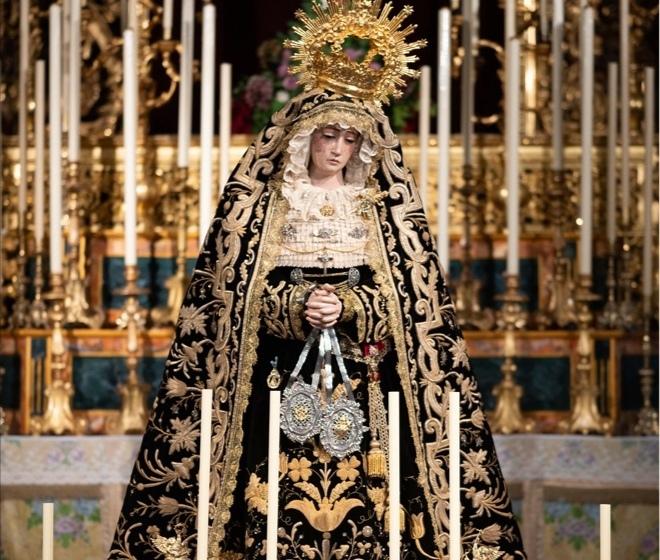 La Virgen de los Dolores de los Servitas de Carmona lució el terno restaurado por Cyrta en su Veneración