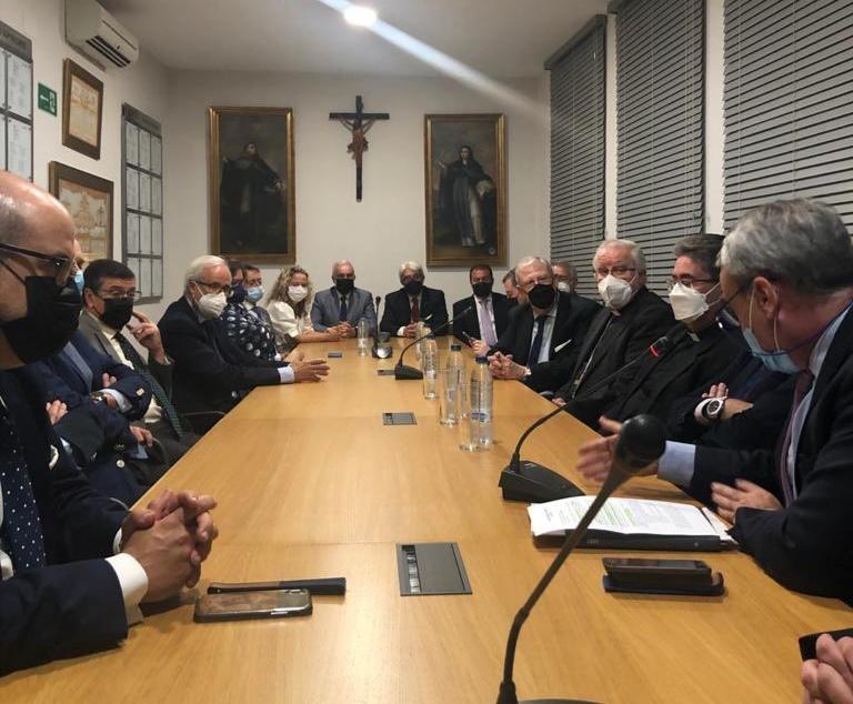 El arzobispo visita el Consejo de cofradías