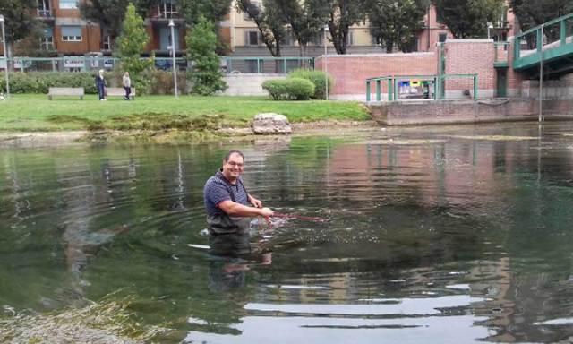 Marinai di Milano puliscono la Darsena dalle alghe