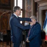 L'ambasciatore Christian Masset consegna la medaglia