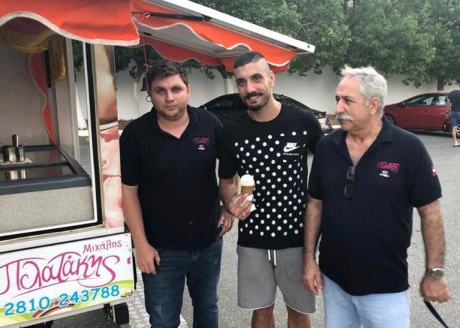 Pics   Κέρασε…παγωτό τους παίκτες του ΟΦΗ