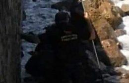 """Ηράκλειο: """"Κατέβηκε"""" στα βράχια για να απεγκλωβίσει σκυλάκι!"""