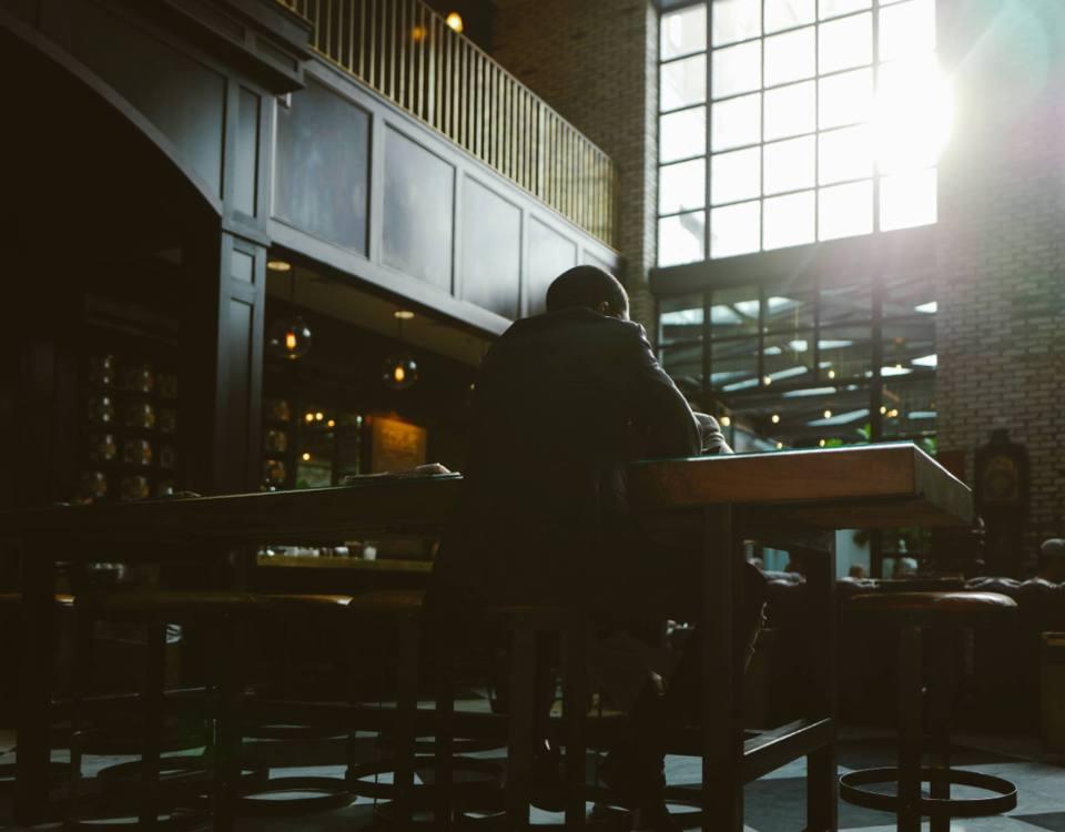 Gast sitzt in Bar