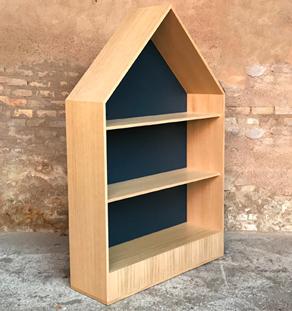 bibliotheque en chene en forme de maison comprenant des etageres