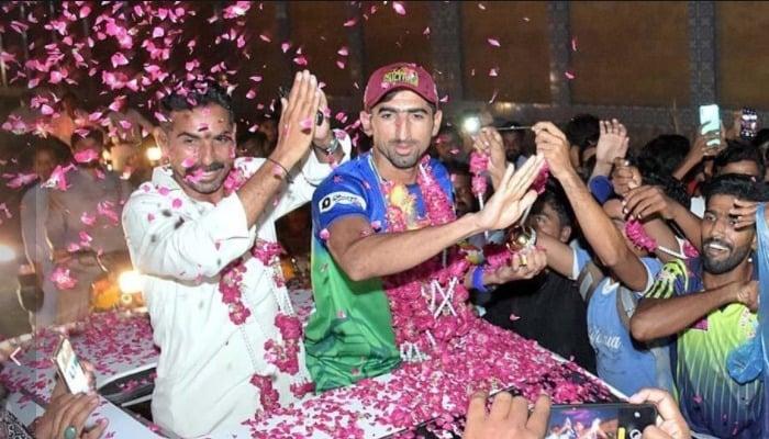 Fans shower rose petals on Shahnawaz Dahani as he returns to Larkana, triumphant. Photo: Dahani Twitter account