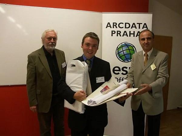 Jan Mišurec z Univerzity Karlovy v Praze získal za svoji práci 1. místo v kategorii diplomových prací. Vlevo prof. Aleš Čepek z ČVUT v Praze, vpravo Petr Seidl, ředitel společnosti ARCDATA PRAHA.